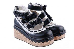 Chaussures compensées avec semelle effet liège, hauteur talon 7 cm, brides à velcro. REF: 8136, 59€.