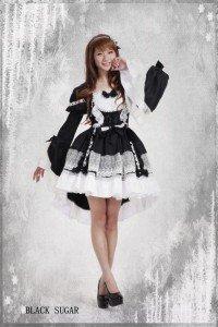 Robe lolita asymétrique en bas + manches détachables, existe du S au XL (du 34 au 40 FR). 69€.